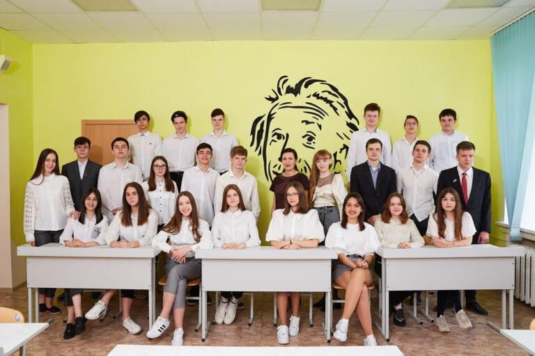 Групповая фотография в школе для выпускнрго альбома